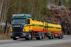 Camion de réservoir coloré de Scania sur la route Photographie stock libre de droits
