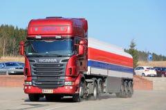 Camion de réservoir rouge de Scania R580 semi étant garé Photos libres de droits