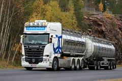 Camion de réservoir superbe blanc de Scania R620 sur la route Photographie stock libre de droits