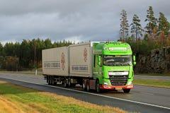 Camion de remorque de la DAF XF de vert de chaux plein sur l'autoroute Photographie stock