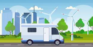 Camion de remorque de famille de voiture de caravane conduisant sur le paysage urbain récréationnel de turbines de vent de concep illustration stock