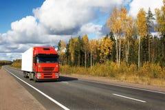 camion de rouge d'omnibus d'automne photo stock