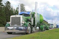 Camion de réservoir vert de Peterbilt 359 semi 1971 Images stock
