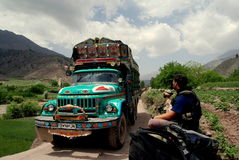Camion de tintement en Afghanistan Photographie stock libre de droits