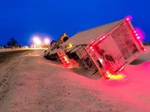 Camion de transport dans la soirée de fossé d'hiver