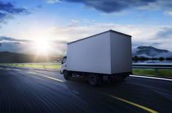 Camion de transport sur le chemin élevé images stock