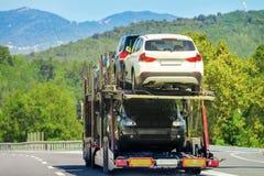 Camion de transporteur de voiture sur la route en Suisse images libres de droits