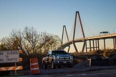 Camion de travail devant le pont de Ravenel photos libres de droits