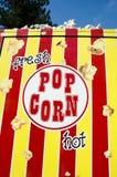 Camion de vente de maïs éclaté, nourriture mobile et vendeur de bonbons Images libres de droits