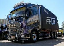 Camion de Volvo FH16 pour le transport du bois d'énergie dans une exposition Images libres de droits