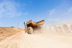 Camion degli sterri della strada della costruzione Immagini Stock