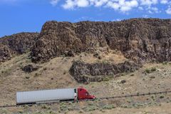 Camion dei semi con il rimorchio che guida sulla strada principale Immagine Stock