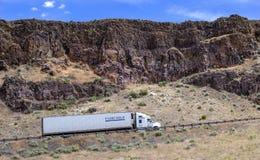 Camion dei semi con il rimorchio che guida sulla strada principale Immagine Stock Libera da Diritti