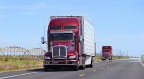 Camion dei semi con il rimorchio che guida sulla strada principale Immagini Stock Libere da Diritti