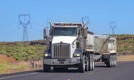 Camion dei semi con il rimorchio che guida sulla strada principale Fotografia Stock