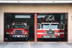 Camion dei vigili del fuoco alla stazione Fotografie Stock Libere da Diritti