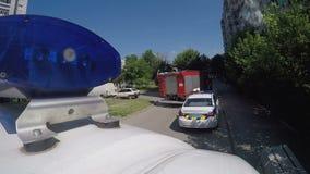 Camion dei vigili del fuoco che viene al posto di fumo della costruzione, problema di danno dei collegamenti, piano bruciante stock footage
