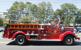 Camion dei vigili del fuoco 1950 di impermeabile dal corpo dei vigili del fuoco della proprietà terriera di Huntington alla parata Immagini Stock