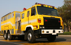 Camion dei vigili del fuoco giallo Fotografia Stock