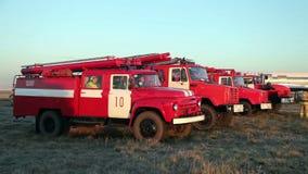 Camion dei vigili del fuoco nel campo stock footage