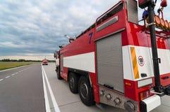 Camion dei vigili del fuoco o autopompa antincendio sulla strada Vista posteriore Fotografia Stock