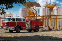 Camion dei vigili del fuoco in pianta industriale Immagini Stock