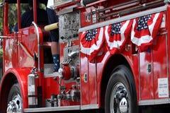 Camion dei vigili del fuoco rosso decorato per il quarto della parata di luglio Immagini Stock
