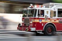 Camion del combattente di fuoco sull'emergenza immagine stock libera da diritti