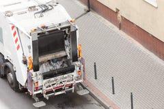 Camion del dustcart dell'immondizia sulla via della città Fotografia Stock Libera da Diritti