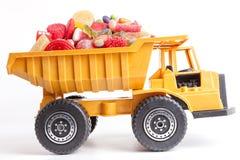 Camion del giocattolo caricato con la caramella fotografia stock
