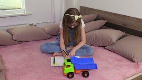 Camion del giocattolo del disegno della ragazza