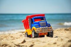 Camion del giocattolo sulla spiaggia Immagine Stock Libera da Diritti