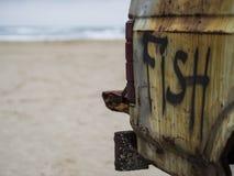 Camion del pesce sulla spiaggia Immagini Stock