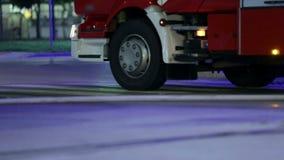 Camion del pompiere che sta fermo con i lampeggiatori sopra archivi video