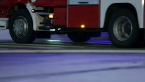 Camion del pompiere che sta fermo con i lampeggiatori sopra subito prima della spruzzatura stock footage