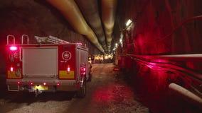Camion del pompiere dentro un tunnel scuro stock footage