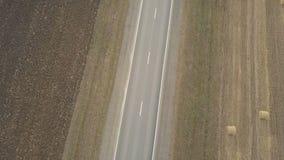 Camion del trasporto che trasporta le merci su una strada principale archivi video