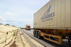 Camion del trasporto con il trasporto pesante sulla strada principale Immagini Stock