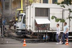 Camion dell'alimentazione elettrica con i lotti dei cavi fotografia stock