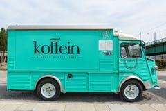Camion dell'alimento del Oldtimer sulla via di Belgrado Vecchio furgone dell'annata immagini stock libere da diritti