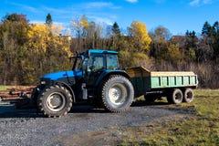 Camion dell'azienda agricola in un parcheggio fotografia stock