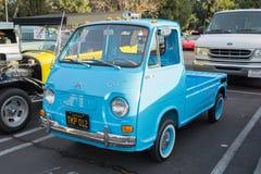 Camion dell'unità di elaborazione di Subaru 360 su esposizione immagini stock