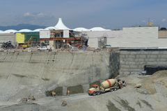 Camion della betoniera nel cantiere Fotografia Stock Libera da Diritti