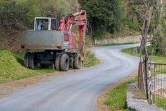 Camion della strada della costruzione parcheggiato in campagna Fotografia Stock Libera da Diritti