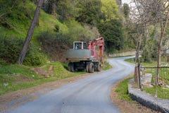 Camion della strada della costruzione parcheggiato in campagna Fotografia Stock