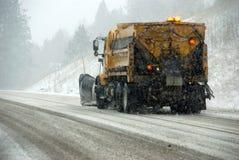 Camion dello spazzaneve sulla strada ghiacciata Fotografia Stock Libera da Diritti