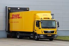 Camion di consegna di DHL ad un magazzino Fotografie Stock Libere da Diritti