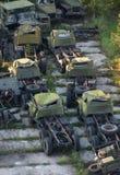 Camion di esercito arrugginito del gruppo il vecchio abbandonato su una piattaforma concreta Immagini Stock