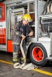 Camion di Fixing Hose In del pompiere immagini stock