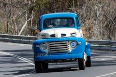 1948 camion di Ford F5 che guida sulla strada campestre Fotografie Stock Libere da Diritti